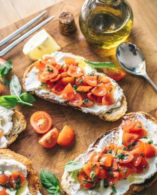 Belegte Brote mit Frischkäse, Tomaten und Basilikum