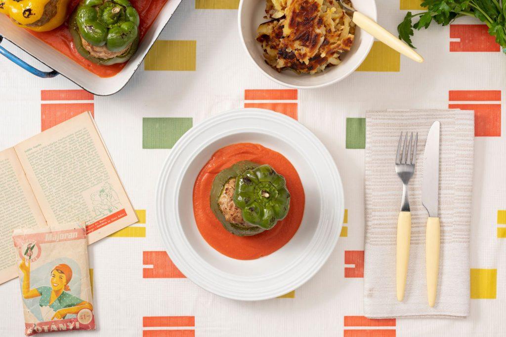 Пълнени чушки с кайма, подправени с майорана и доматен сос.