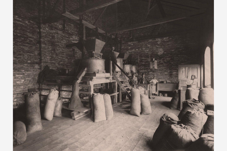 Черно-бяла снимка: Торбички млян червен пипер Kotányi от 1881 г.