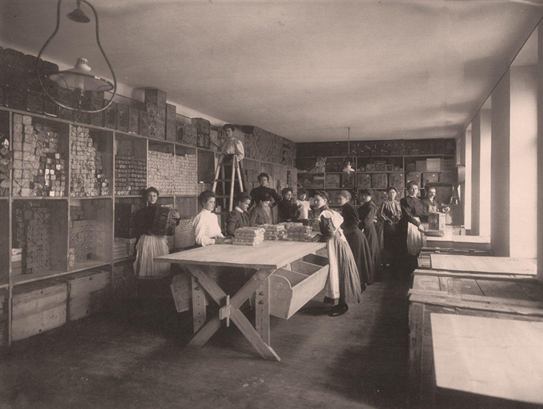 Черно-бяла снимка: Работници, които пакетират млян червен пипер Kotányi през 1881 г.
