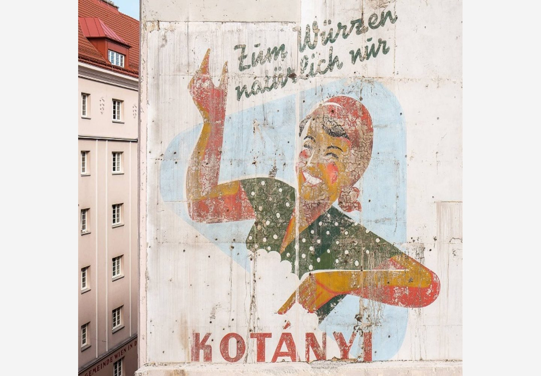 Реклама на Kotányi върху фасадата на виенска сграда.