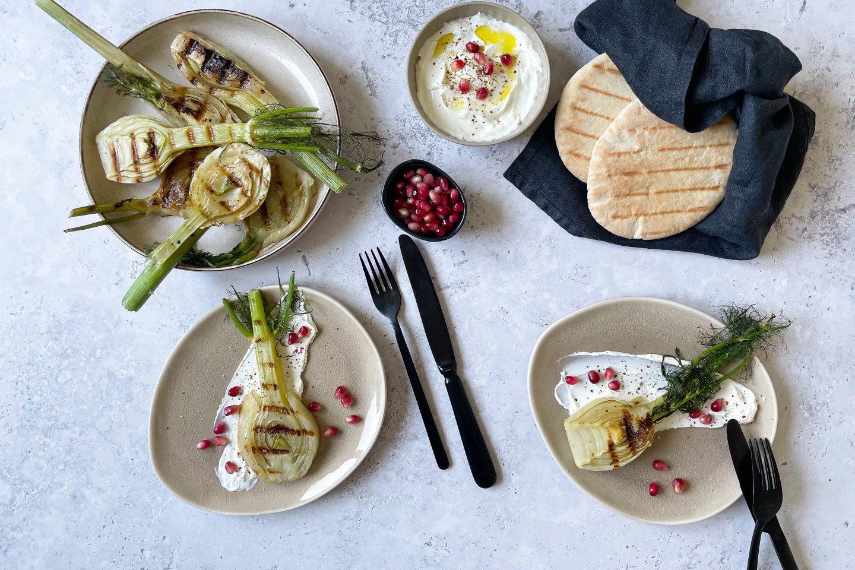 Резене на грил с лабне, нар и арабски питки