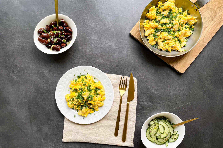 Яйчени кнедли и салата от краставици
